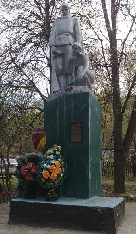 с. Баничи Глуховского р-на. Памятник, установленный на братской могиле партизан.