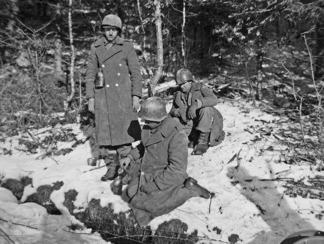 Солдаты набирают воду в лесном ручье возле Вильца. Январь 1945 г.