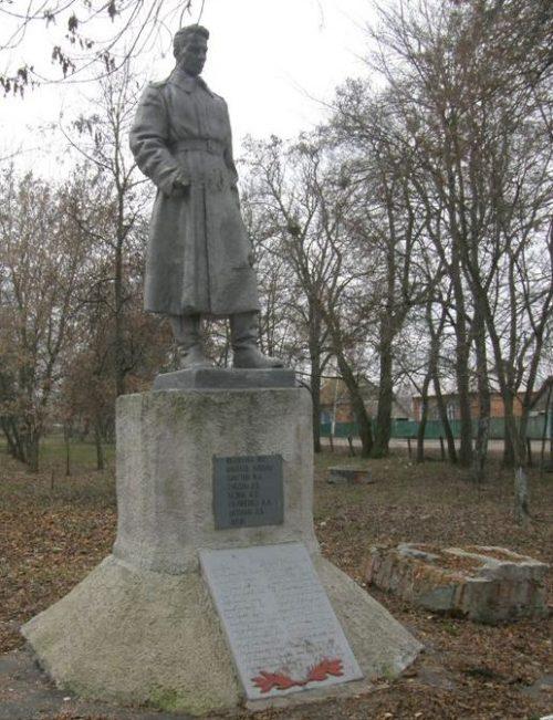 с. Чернетчина Ахтырского р-на. Памятник, установленный на братской могиле советских воинов.