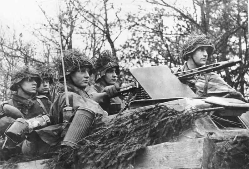 Немецкие солдаты на бронетранспортере в наступлении. Декабрь 1944 г.