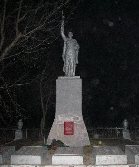 с. Щомы (Жовтневое) Ахтырского р-на. Братская могила воинов, погибших в боях за село и памятный знак погибшим односельчанам.