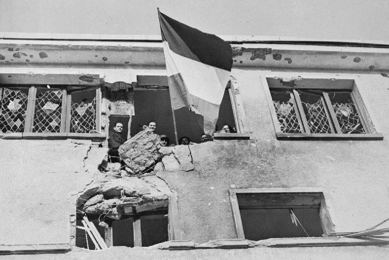 Флаг Люксембурга в окне больницы в Вильце после его освобождения американской 4 танковой дивизией. Январь 1944 г.