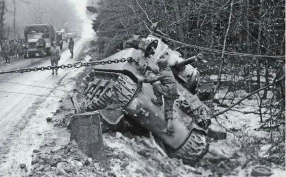 Вытаскивание танка из кювета. Январь 1945 г.