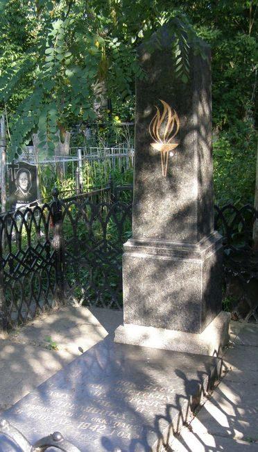 г. Сумы. Братская могила на Центральном кладбище мирных жителей, казненных фашистами в феврале 1942 г.