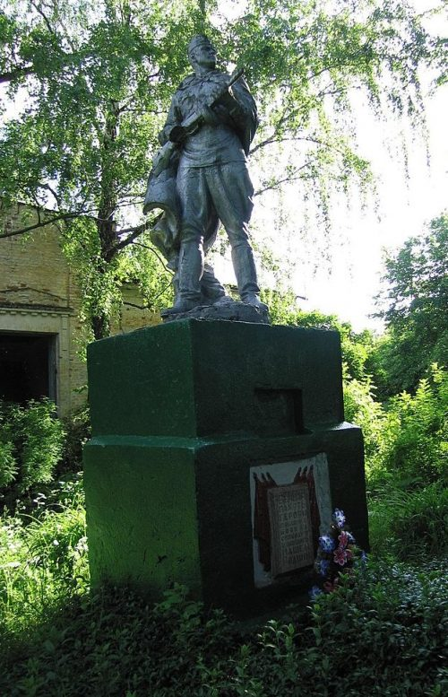 с. Белокопытовое Глуховского р-на. Памятник, установленный в 1957 году на братской могиле советских воинов.