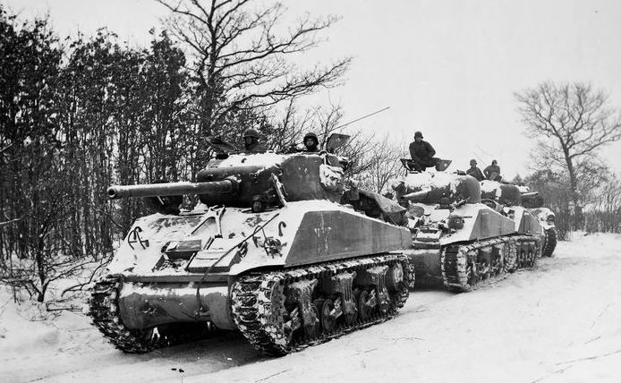 Взвод Шерманов 712-го танкового батальона за селом Бавинье. Январь 1945 г.