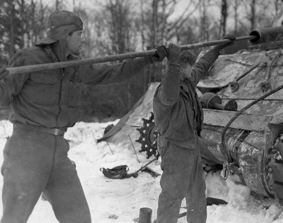 Американские танкисты чистят орудие танка M4 Sherman. Январь 1945 г.