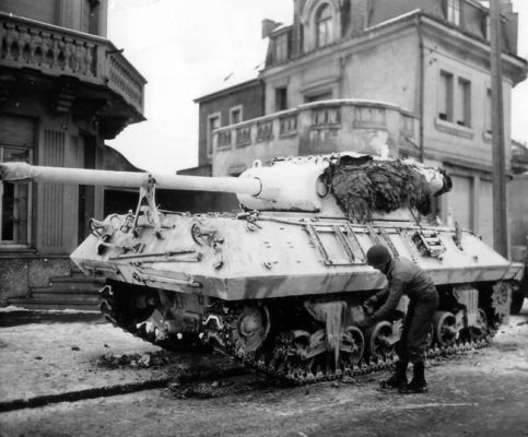 Покраска на САУ M-36 TD в белый цвет в Люксембурге. Январь 1945 г.