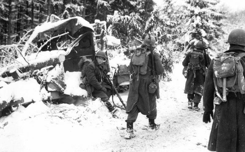 Американские пехотинцы на марше в Ноертрандж. Январь 1945 г.