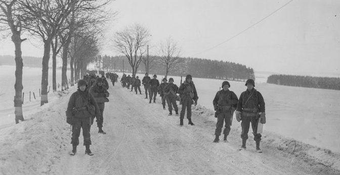 Американские пехотинцы на пути в Харланж. Январь 1945 г.