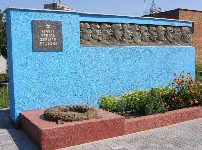 г. Сумы. Братская могила жертв фашизма на Лучанском кладбище. Скульптор – Коровай Ф.И.