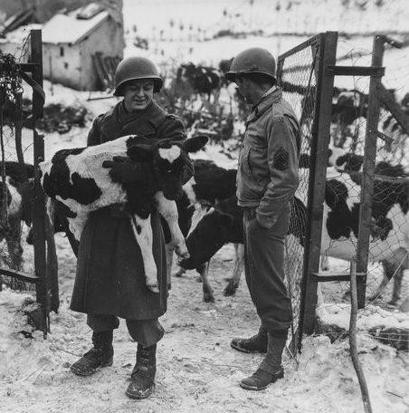 Американские солдаты на брошенной ферме в Харланже. Январь 1945 г.
