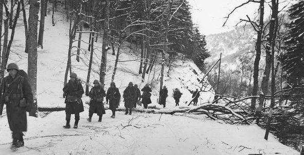 Американские пехотинцы у деревни Нотум. Январь 1945 г.
