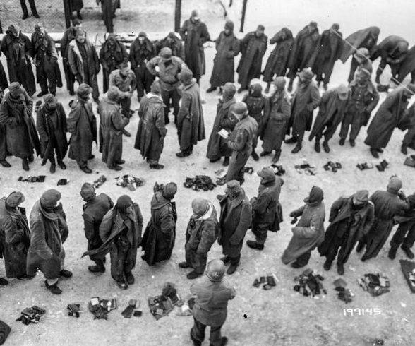 Осмотр вещей военнопленных немцев в маленькой деревне Нейнхаузене. Январь 1945 г.