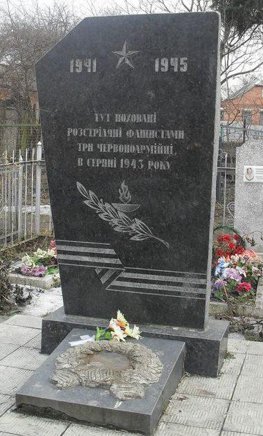 г. Сумы, Тимирязевка. Братская могила на кладбище 3 красноармейцев, расстрелянных фашистами в августе 1943 года.