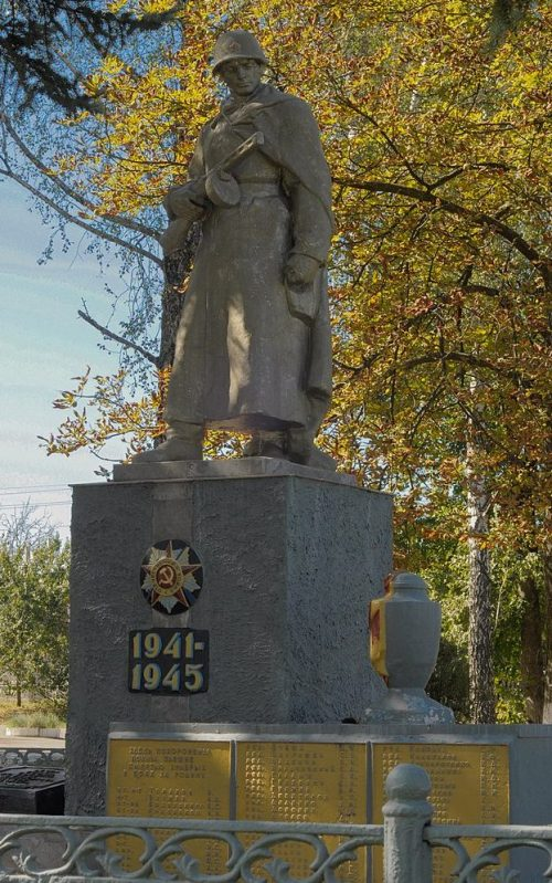 г. Сумы, п. Новые Басы. Братская могила советских воинов, погибших в годы войны.