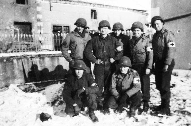 Группа медиков 344-го батальона полевой артиллерии в Тарчампах. Январь 1945 г.