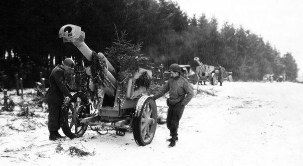 Пехотинцы 35-й пехотной дивизии осматривают немецкую пушку, брошенную на окраине Лутребуа. Январь 1945 г.