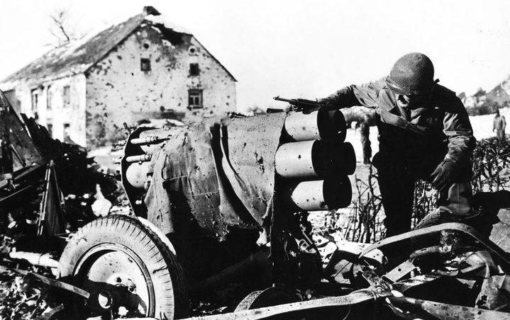 Солдат 949-го батальона полевой артиллерии США рассматривает нокаутированный немецкий «Небельверфер» в Ватранже. Январь 1945 г.