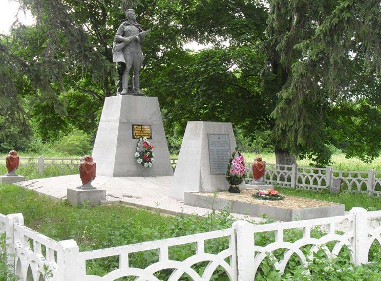 с. Первомайское Глуховского р-на. Памятник, установленный на братской могиле советских воинов.