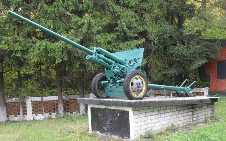 57-мм противотанковая пушка ЗиС-2 у входа на мемориал.