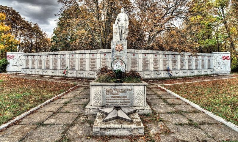 с. Жуковка Бурынского р-на. Памятник, установленный на братской могиле советских воинов и памятный знак погибшим землякам.