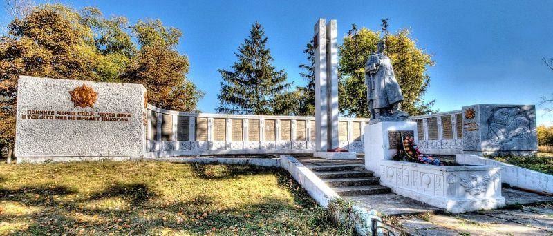 с. Клепалы Бурынского р-на. Братская могила советских воинов и памятник воинам-землякам.