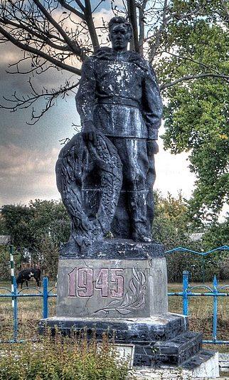 с. Слобода Бурынского р-на. Памятник, установленный на братской могиле советских воинов.