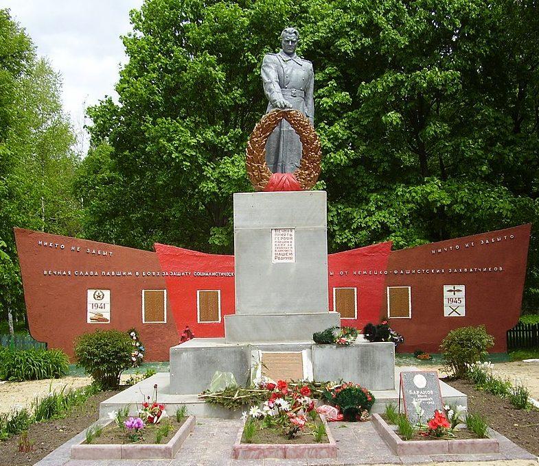 с. Сварково Глуховского р-на. Мемориал возле школы, установленный в 1955 году на братской могиле советских воинов.