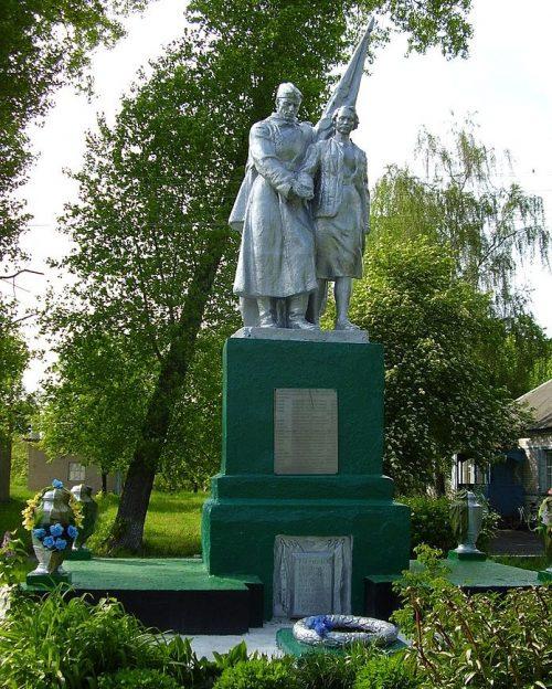 с. Сварково Глуховского р-на. Могила советского воина на кладбище.