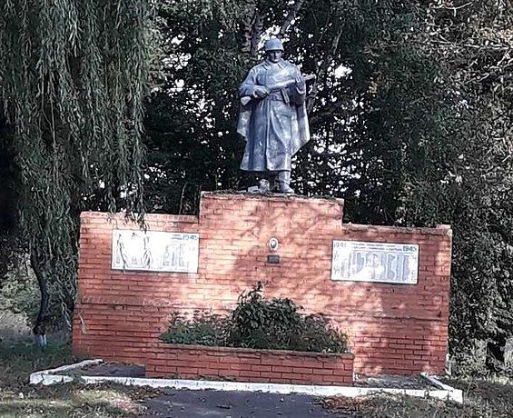 с. Суховерховка Бурынского р-на. Памятник, установленный на братской могиле советских воинов.