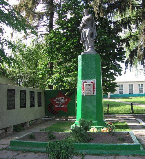 с. Семеновка Глуховского р-на. Памятник, установленный в 1964 году на братской могиле советских воинов и памятный знак в честь погибших земляков.
