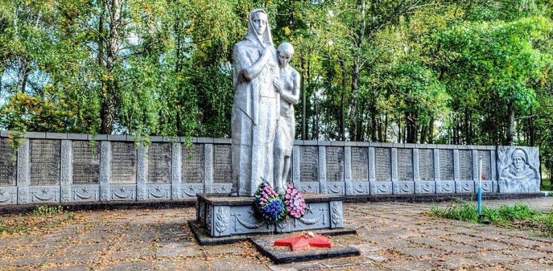 с. Успенка Бурынского р-на. Памятник, установленный на братской могиле советских воинов и памятный знак погибшим землякам.