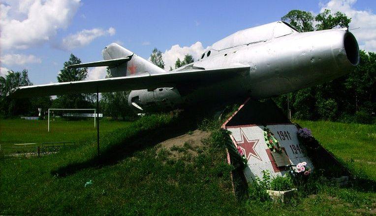 с. Слоут Глуховского р-на. Памятник-самолет на месте гибели партизан от авиаторов.