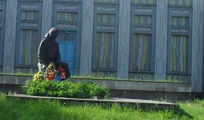 с. Слоут Глуховского р-на. Памятник, установленный в 1991 году на братской могиле советских воинов и памятный знак в честь погибших земляков.