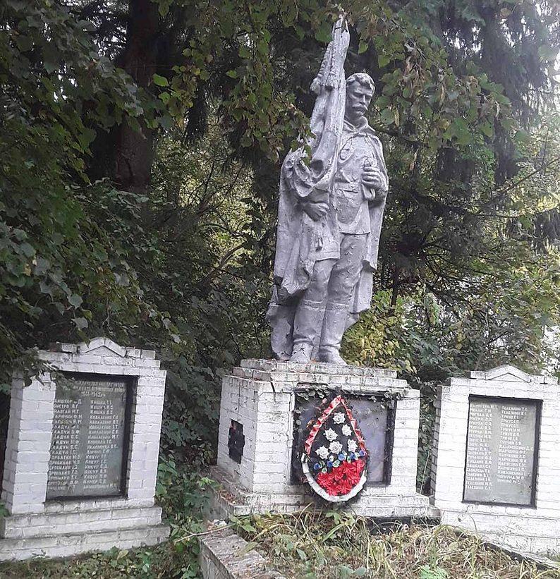 с. Харченко Бурынского р-на. Братская могила советских воинов и памятник воинам-землякам.