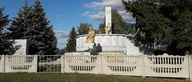 с. Червона Слобода Бурынского р-на. Памятник, установленный на братской могиле советских воинов и памятный знак погибшим землякам.