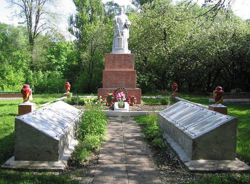 с. Сопычь Глуховского р-на. Памятник, установленный в 1958 году на братской могиле советских воинов, среди которых Герой Советского Союза Мешков И.А.