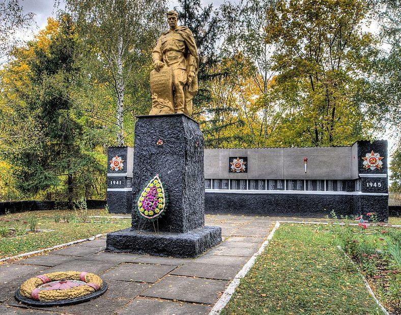 с. Череповка Бурынского р-на. Памятник, установленный на братской могиле советских воинов и памятный знак погибшим землякам.