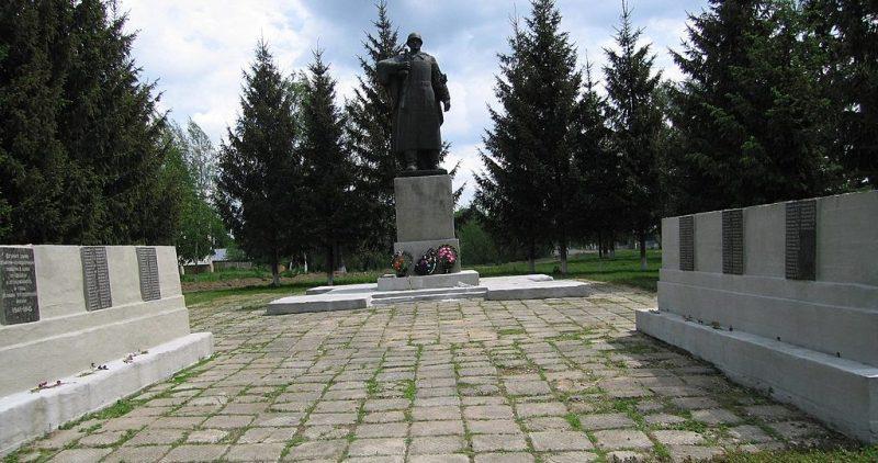 с. Сосновка Глуховского р-на. Памятник, установленный в 1956 году на братской могиле советских воинов и памятный знак в честь погибших земляков.