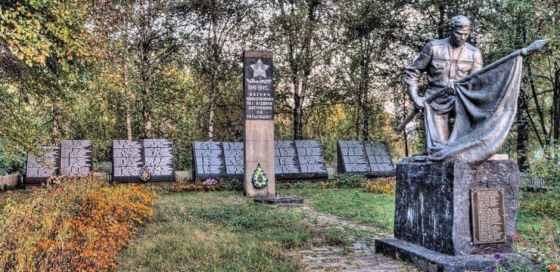 с. Чернечная Слобода Бурынского р-на. Братская могила советских воинов и памятник воинам-землякам.