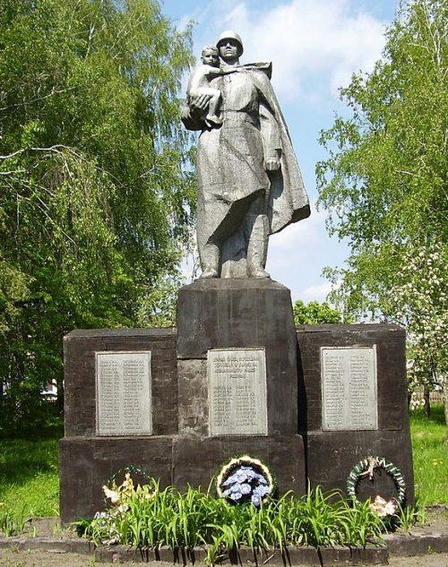 с. Стариково Глуховского р-на. Памятник погибшим землякам.