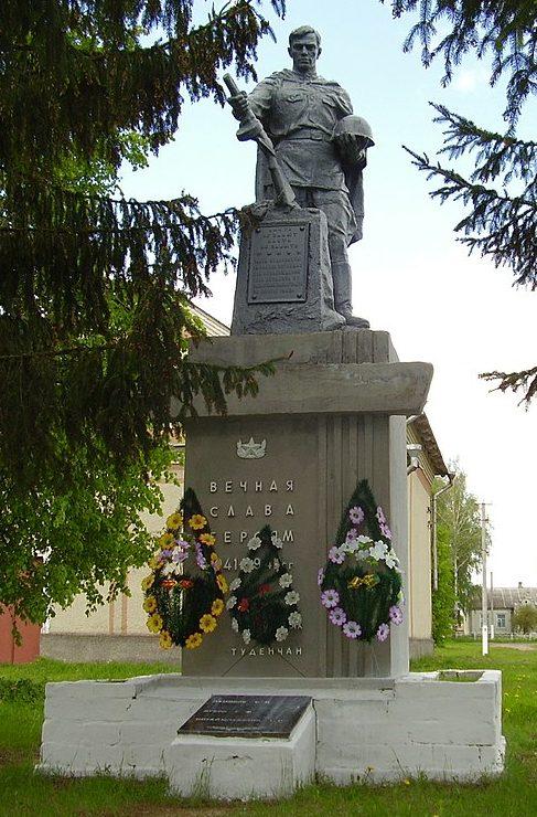 с. Студенок Глуховского р-на. Памятник, установленный в 1959 году на братской могиле советских воинов и памятный знак в честь погибших земляков.