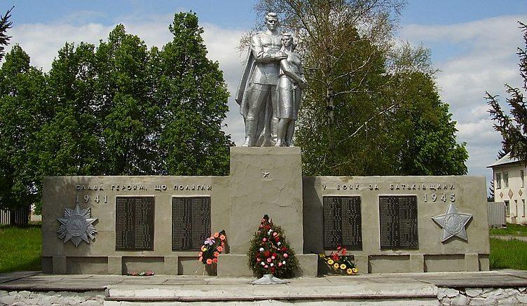 с. Студенок Глуховского р-на. Памятник погибшим воинам-землякам, установленный в 1973 году.
