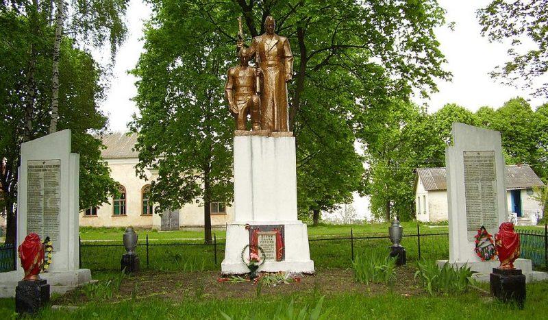 с. Сушу Глуховского р-на. Памятник, установленный в 1957 году на братской могиле советских воинов и памятный знак в честь погибших земляков.