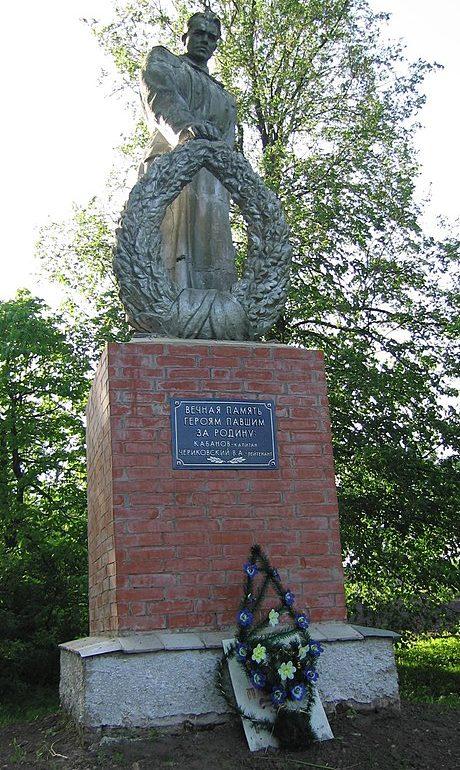 с. Фотовиж Глуховского р-на. Памятник возле школы, установленный в 1962 году на братской могиле советских воинов.
