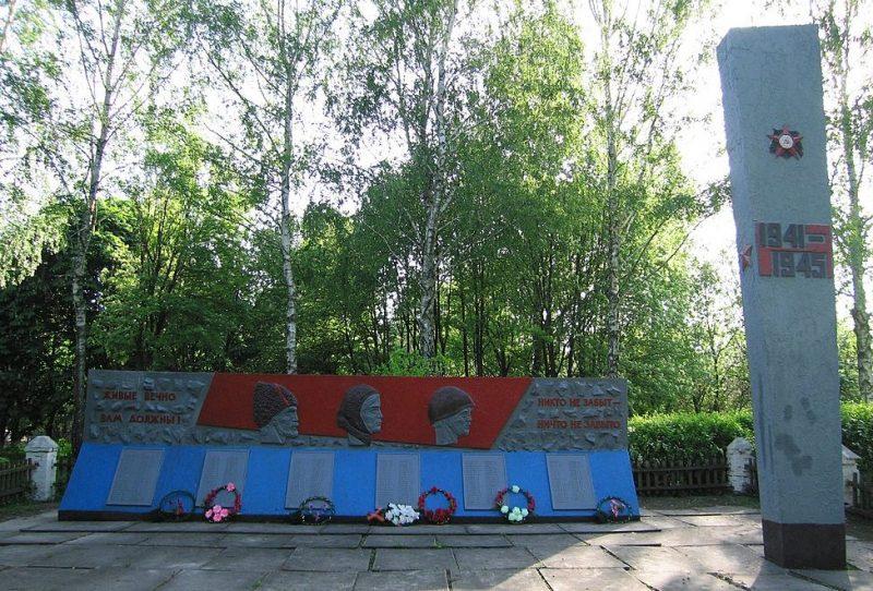 с. Фотовиж Глуховского р-на. Памятник погибшим воинам-землякам, установленный в 1977 году.