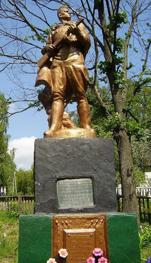 с. Ходино Глуховского р-на. Памятник, установленный в 1957 году на братской могиле советских воинов.
