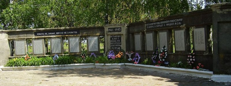 с. Ходино Глуховского р-на. Памятник, установленный в 1975 году на братской могиле советских воинов и памятный знак погибшим землякам.