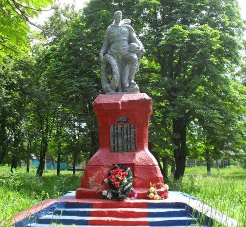 п. Червоное Глуховского р-на. Памятник погибшим землякам.